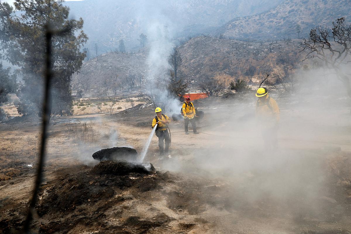 Lính cứu hoả khống chế Đám cháy Lake ở phía bắc Los Angeles,California, Mỹ, hôm 13/8. Ảnh: Reuters.