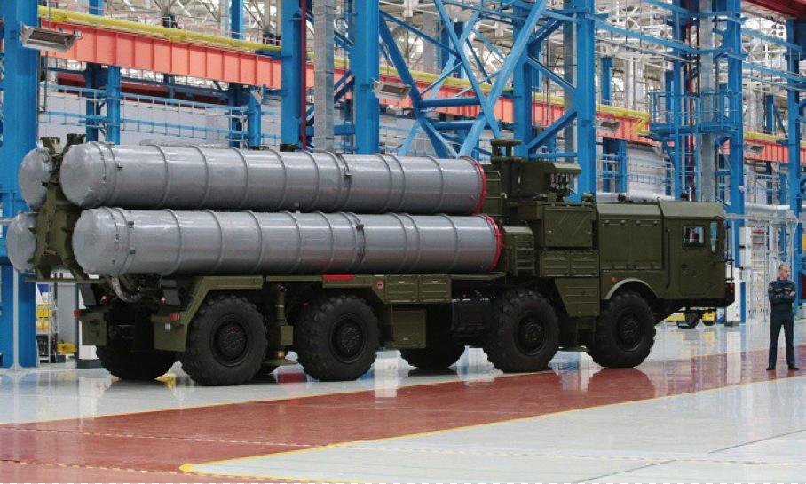Xe phóng đạn tổ hợp S-400 tại nhà máy Almaz-Antey của Nga. Ảnh: Sputnik.