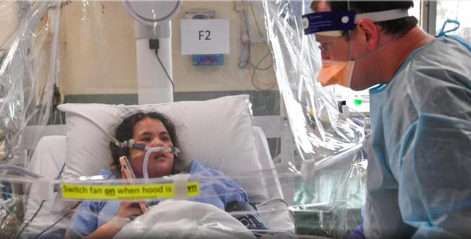 Y tá Daniel Nolan kiểm tra tình hình của Tina Dinh ở bệnh viện Footscray, Sunshine, bang Victoria. Ảnh: Herald Sun.
