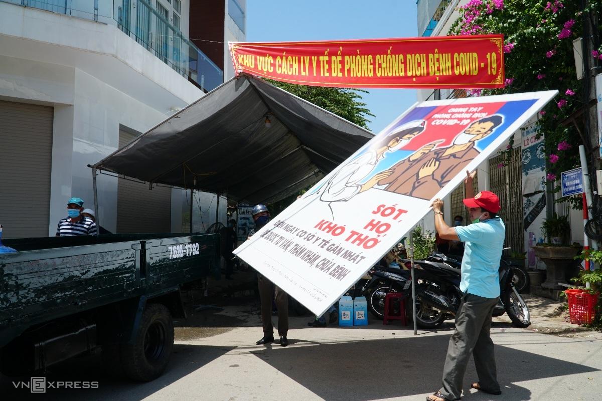 Tấm Pano ở tổ 9, phường Quảng Phú, TP Quảng Ngãi được tháo dỡ sau 28 ngày khu này bị cách ly y tế, hôm 23/8. Ảnh: Phạm Linh.