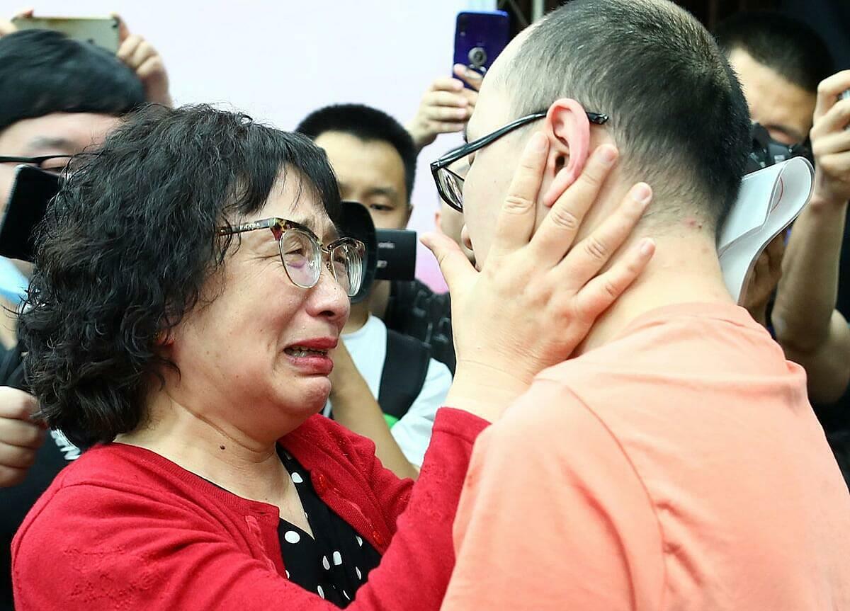Lý Tĩnh Chi đoàn tụ với con trai tại Tây An hôm 18/5. Ảnh: AFP.