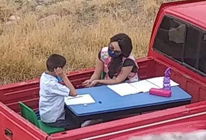 Nay Esp đeo khẩu trang, giảng bài cho học sinh trên thùng xe bán tải. Ảnh: Goodable.