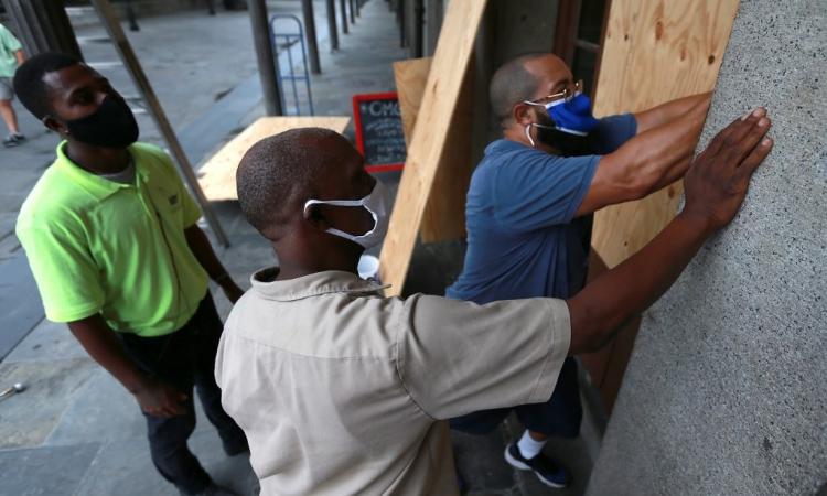 Người dân ở New Orleans, bang Louisiana, Mỹ, gia cố nhà cửa hôm 23/8 đề phòng bão Marco và Laura đổ bộ. Ảnh: AFP.