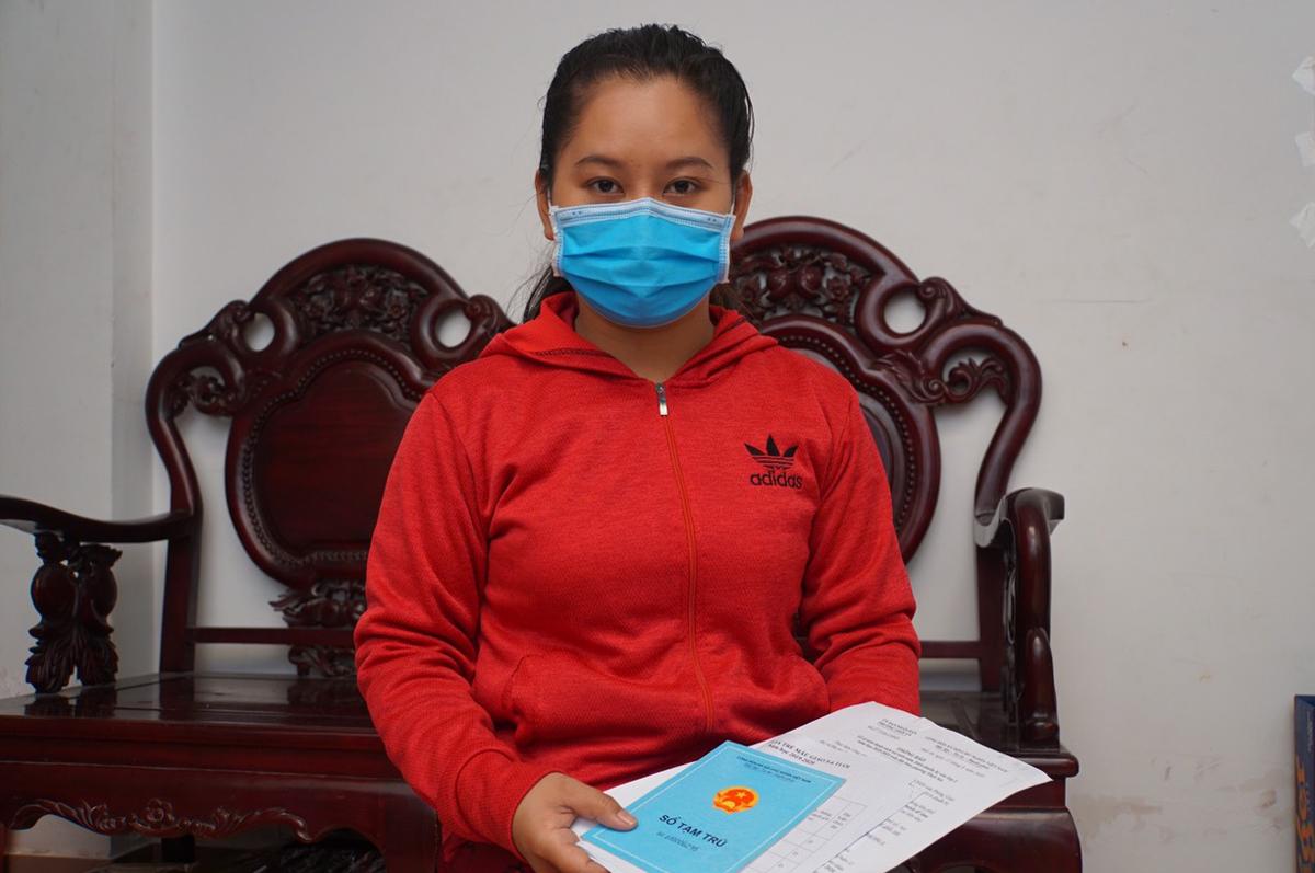 Chị Nguyễn Ngọc Châu ở khu nhà trọ phường Tân Thới Nhất, quận 12 không xin được cho con vào lớp 1 trường công lập bởi KT3 chưa đủ một năm. Ảnh: Mạnh Tùng.