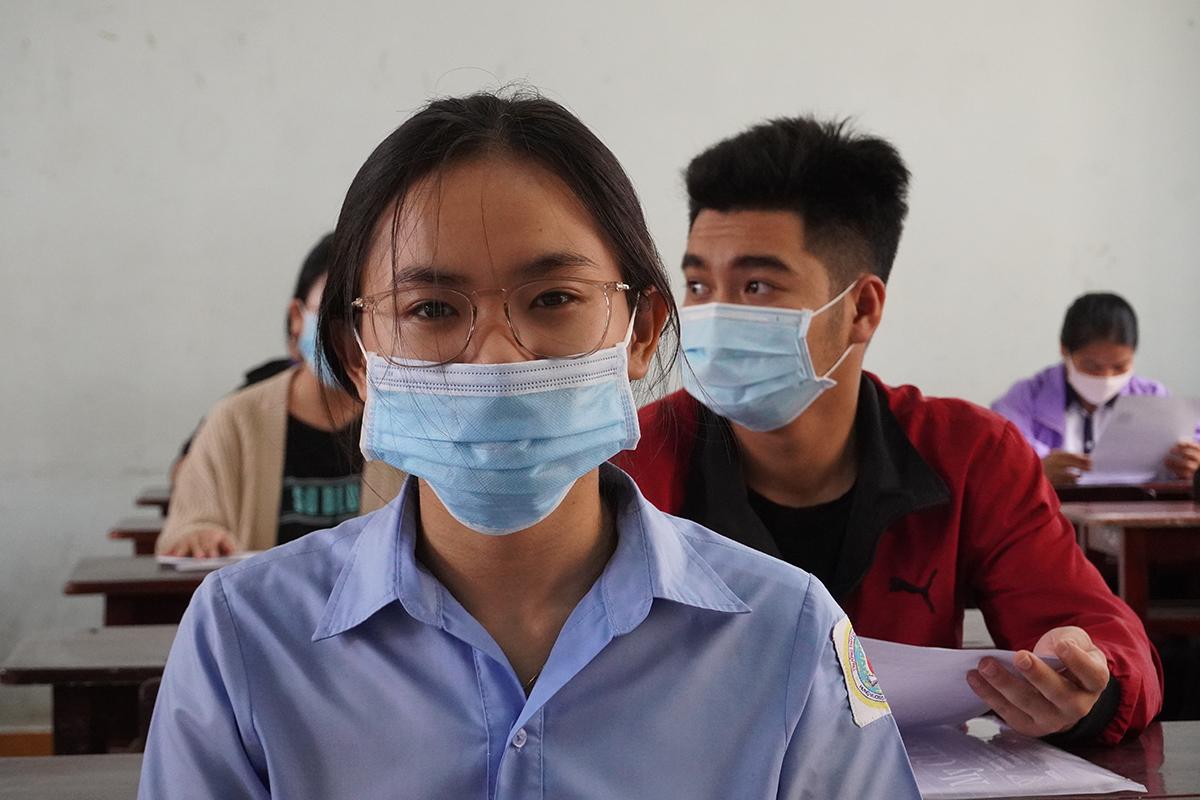 Thí sinh trường THPT chuyên Hùng Vương, TP Pleiku, Gia Lai làm thủ tục chiều 8/8. Ảnh: Trần Hóa.