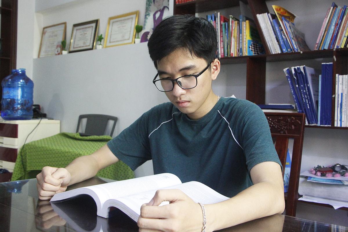 Hồ Việt Đức đọc lại các tài liệu môn Sinh. Ảnh: Võ Thạnh