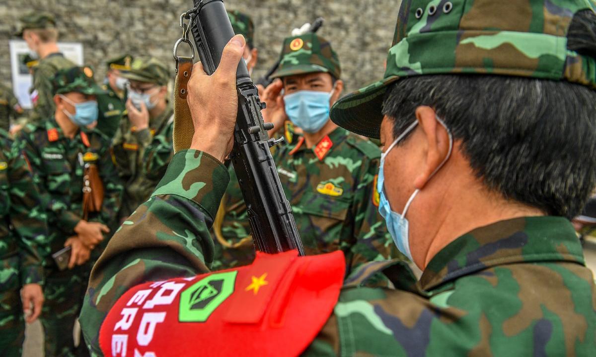 Dội tuyển Bếp dã chiến Quân đội nhân dân Việt Nam nhận vũ khí thi đấu. Ảnh: BQP Nga.
