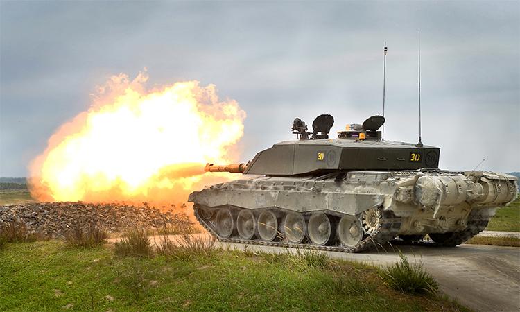 Tăng chủ lực Challenger 2 khai hỏa trong diễn tập bắn đạn thật tại Grafenwöhr, Đức, tháng 7/2013. Ảnh: BQP Anh.