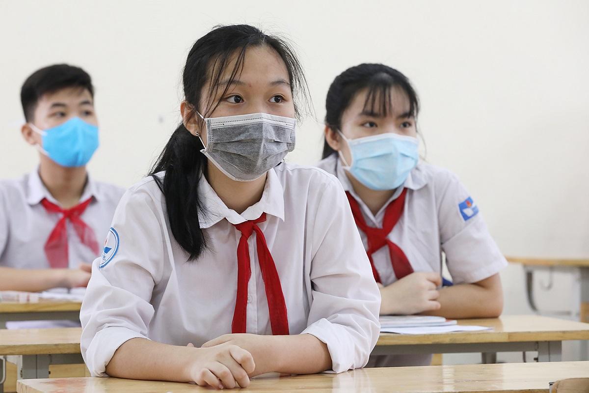 Học sinh trường THCS Nguyễn Du (Nam Từ Liêm , Hà Nội) đeo khẩu trang, đo nhiệt độ trong ngày trở lại trường đầu tiên 4/5 sau ba tháng nghỉ học phòng Covid-19. Ảnh: Ngọc Thành