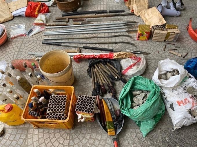 Hung khí thu giữ tại hiện trường gồm pháo hoa, chai bia đựng xăng, lựu đạn, dao, kiếm các loại.Ảnh Công an cung cấp chiều 9/1.