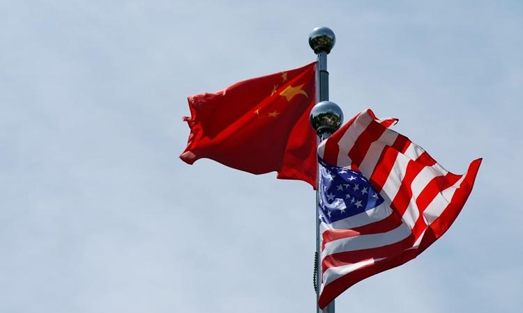 Quốc kỳ Mỹ và Trung Quốc tung bay tại Thượng Hải hồi tháng 7/2019. Ảnh: Reuters.