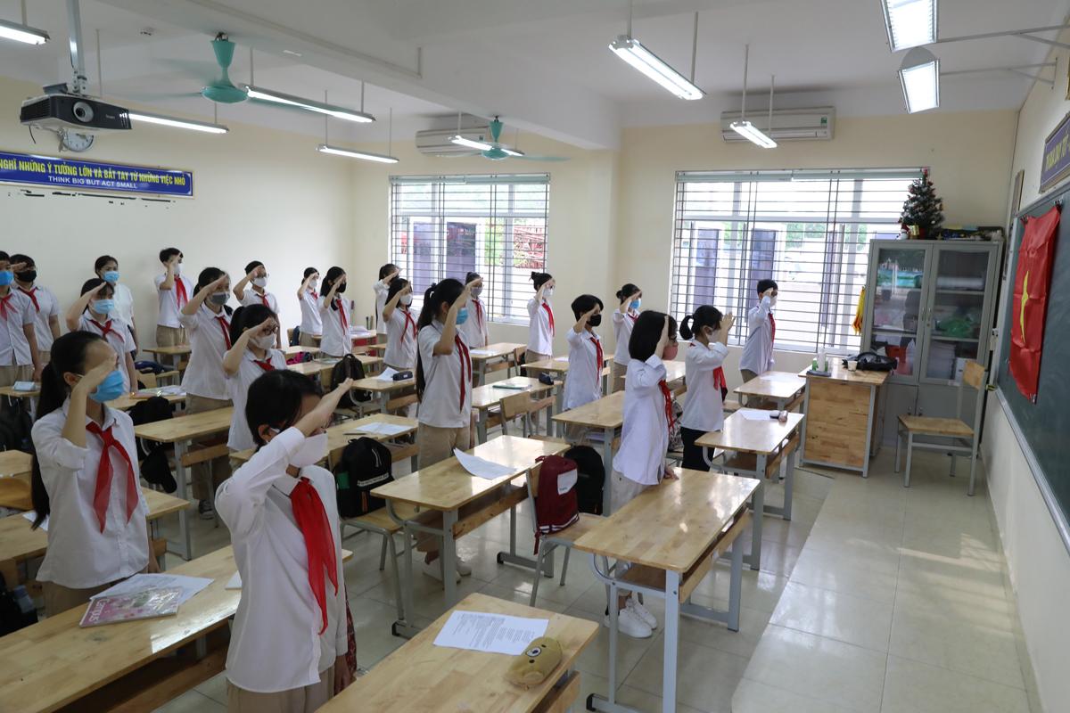 Học sinh trường THCS Nguyễn Du, quận Nam Từ Liêm, Hà Nội dự lễ chào cờ trong lớp ngày 4/5/2020. Ảnh: Ngọc Thành.