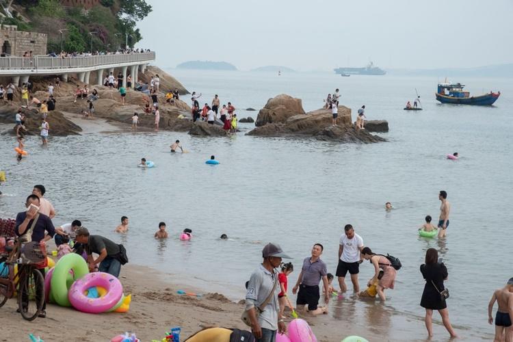Người dân đi tắm biển ở Hạ Môn, Trung Quốc, hồi cuối tuần trước. Ảnh: WSJ.