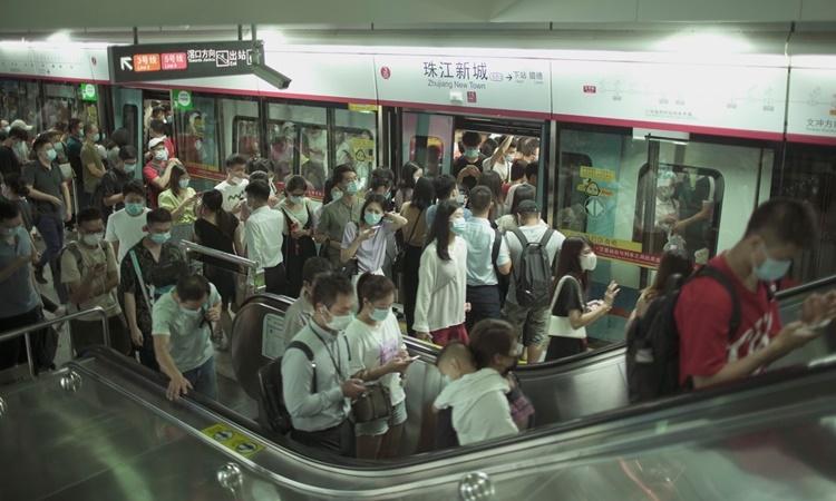 Cảnh đông đúc tại một ga tàu điện ngầm ở Quảng Châu tối 24/8. Ảnh: WSJ.