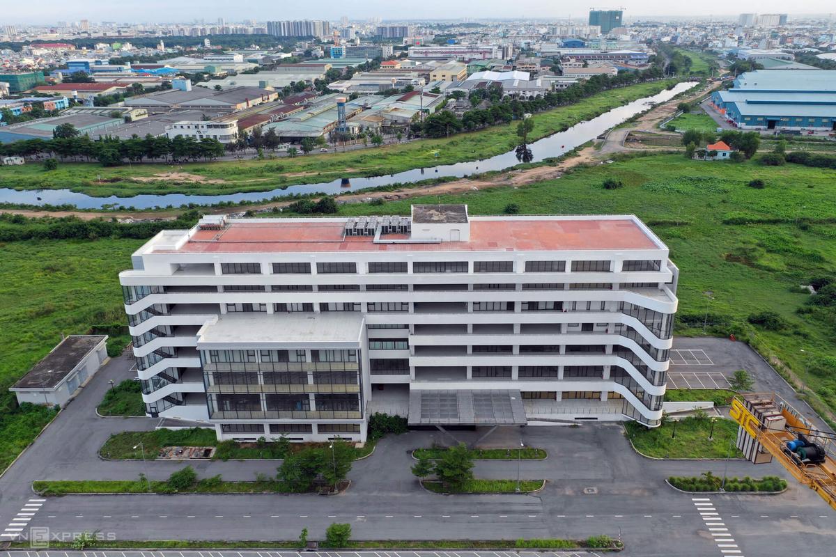 Depot Tham Lương, quận 12, gồm 6 tầng nổi và một tầng hầm tương lai làm văn phòng điều hành, bãi đỗ và nơi sữa chữa tàu, ngày 23/8. Ảnh: Hữu Khoa.