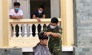 Bộ đội cắt tỉa tóc cho người cách ly