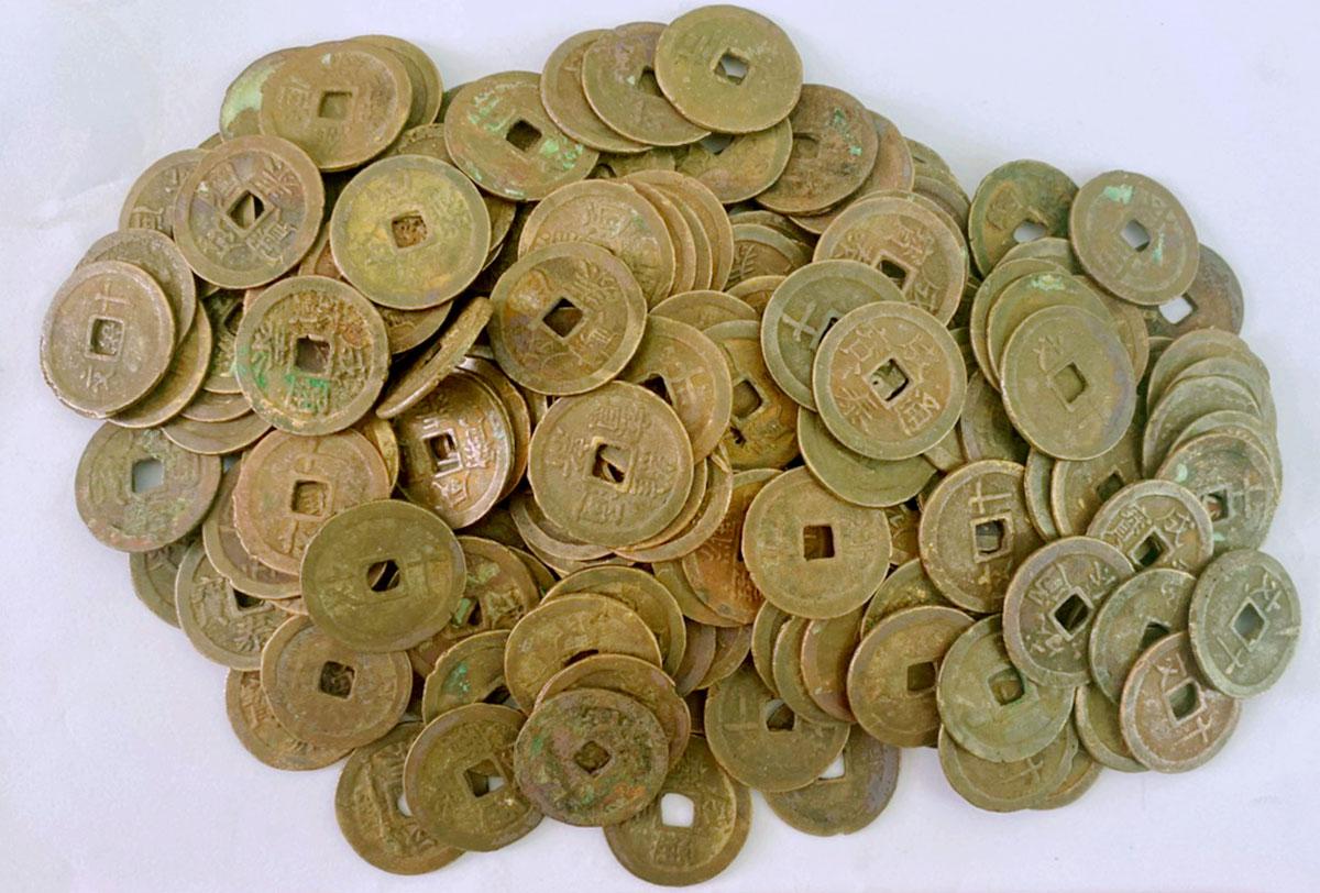 Tiền xu cổ được Bảo tàng Hà Tĩnh tiếp nhận ngày 24/8. Ảnh: Đức Hùng