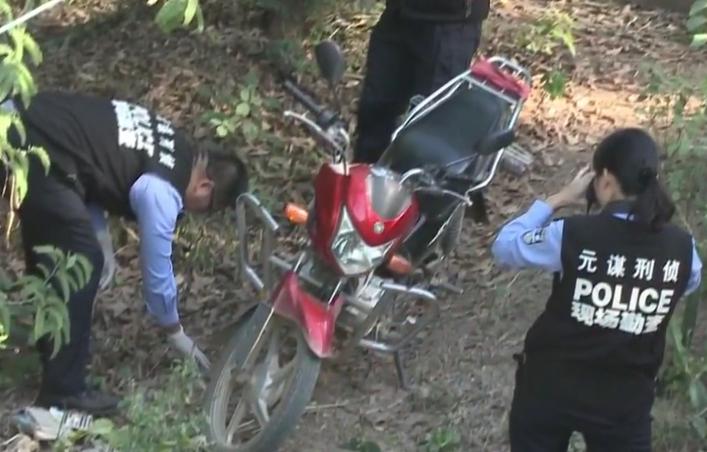 Xe máy mới mua của Bình được để dưới chân cầu. Ảnh: CCTV.