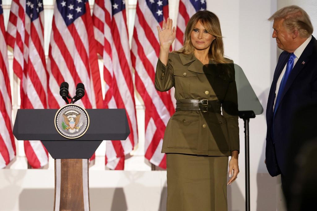 Bà Melania vẫy tay chào sau khi kết thúc bài phát biểu trong đêm thứ hai của đại hội toàn quốc đảng Cộng hoà tối 25/8. Ảnh: AFP.