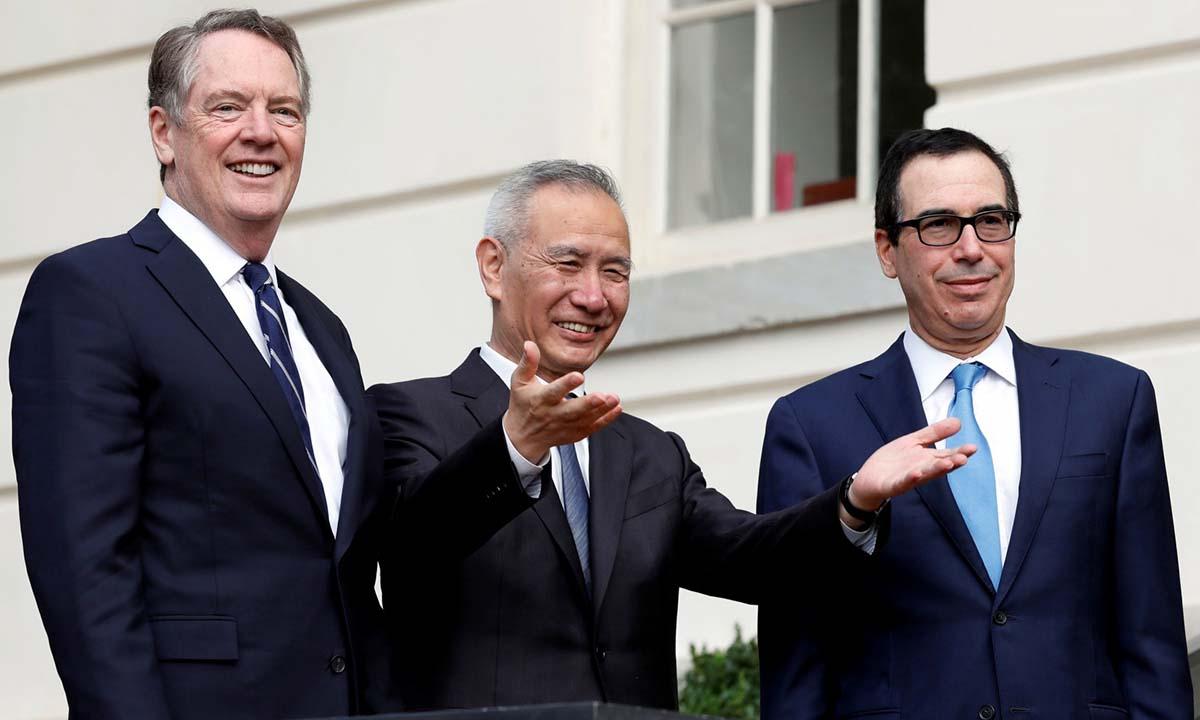Phó thủ tướng Trung Quốc Lưu Hạc (giữa) cùng Bộ trưởng Tài chính Mỹ Steven Mnuchin (phải) và Đại diện Thương mại Mỹ Robert Lighthizer tại Washington hồi tháng 10/2019. Ảnh: Reuters.