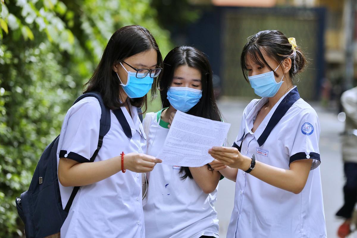 Thí sinh TP HCM trao đổi bài sau khi thi môn Ngữ văn sáng 9/8. Ảnh: Quỳnh Trần.
