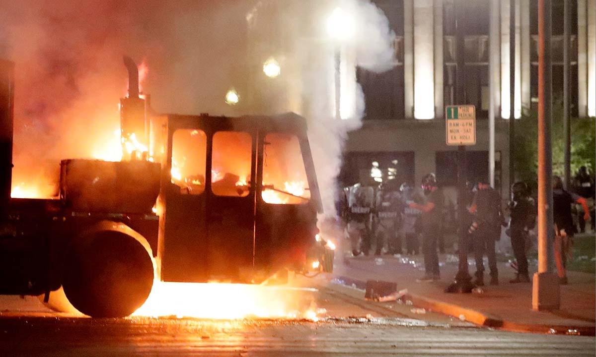 Một chiếc xe bị đốt cháy trong cuộc biểu tình tại thành phố Kenosha, bang Wisconsin, Mỹ, hôm 24/8. Ảnh: Reuters.