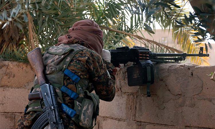 Một phiến quân IS đấu súng với lực lượng chính phủ Syria ở Souseh, tháng 3/2018. Ảnh: AP.