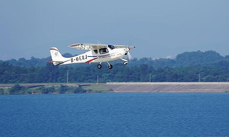 Máy bay thể thao hạng nhẹ Lingyan AG50 thực hiện chuyến bay đầu tiên ở Kinh Môn, Hồ Bắc, Trung Quốc, ngày 26/8. Ảnh: Xinhua.