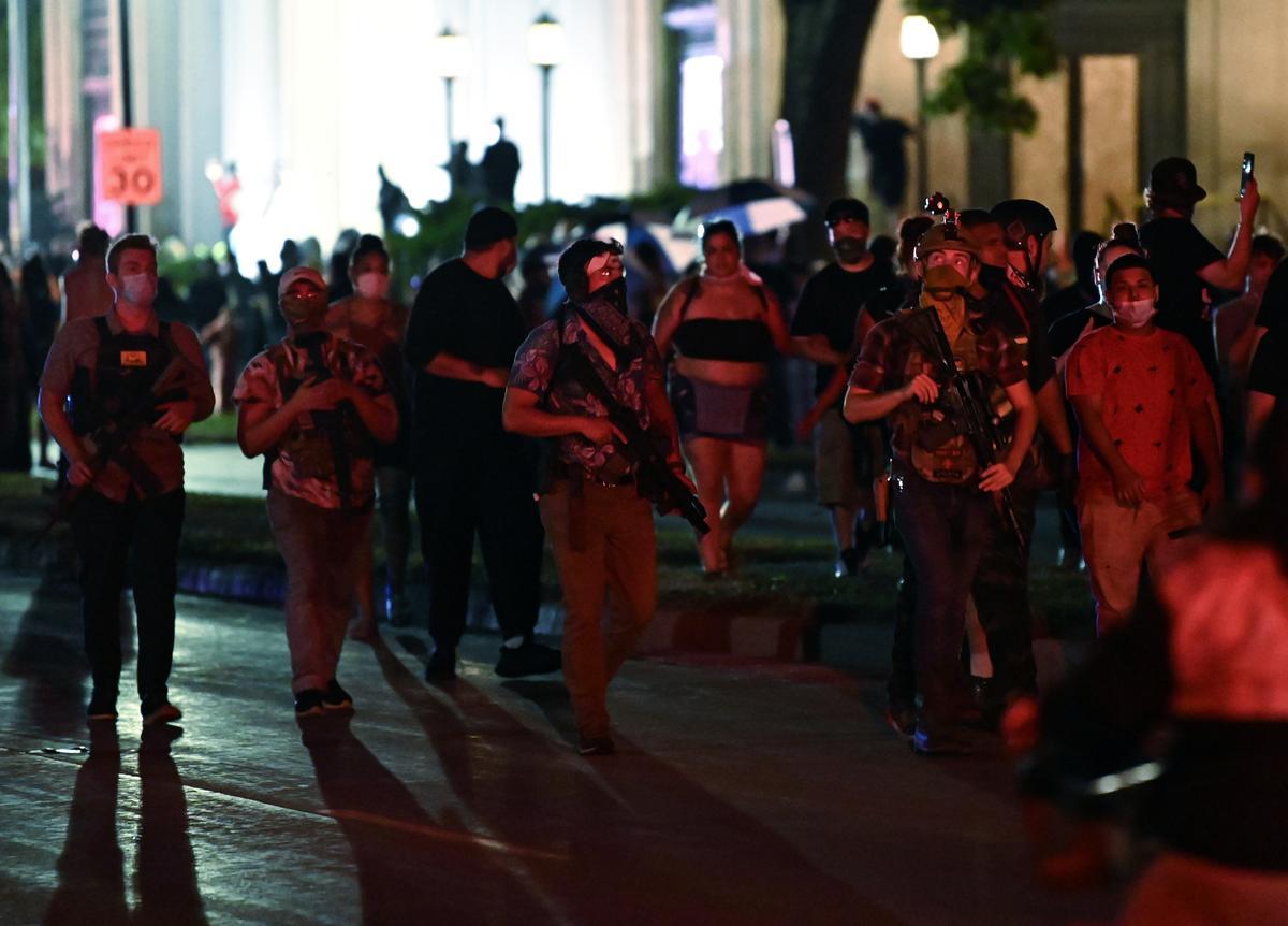 Một nhóm người cầm súng trường xuất hiện tại cuộc biểu tình tối 25/8 ở tòa án Kenosha, Wisconsin. Ảnh: Reuters.