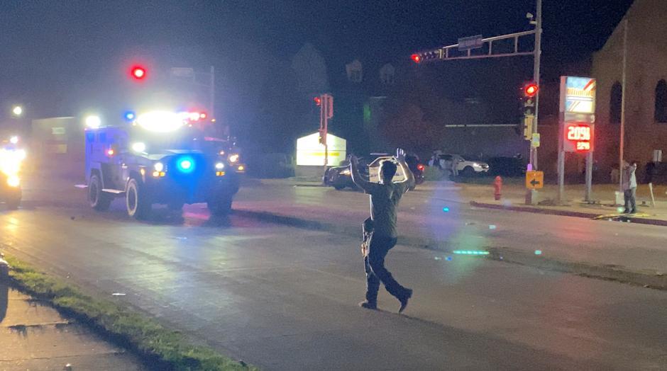 Hình ảnh từ video trên mạng xã hội cho thấy một tay súng đi trên phố trong cuộc biểu tình tối 25/8 ở Kenosha, Wisconsin. Ảnh: Reuters.