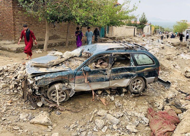 Một ôtô bị hư hỏng sau trận lũ quét ở Charikar, thủ phủ tỉnh Parwan, hôm 26/8. Ảnh: Reuters