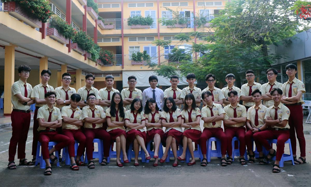 Thầy Lê Văn Kiên (giữa) và 25 học sinh lớp 12C2, trường THPT Thành Nhân. Ảnh: Kỷ yếu lớp 12C2