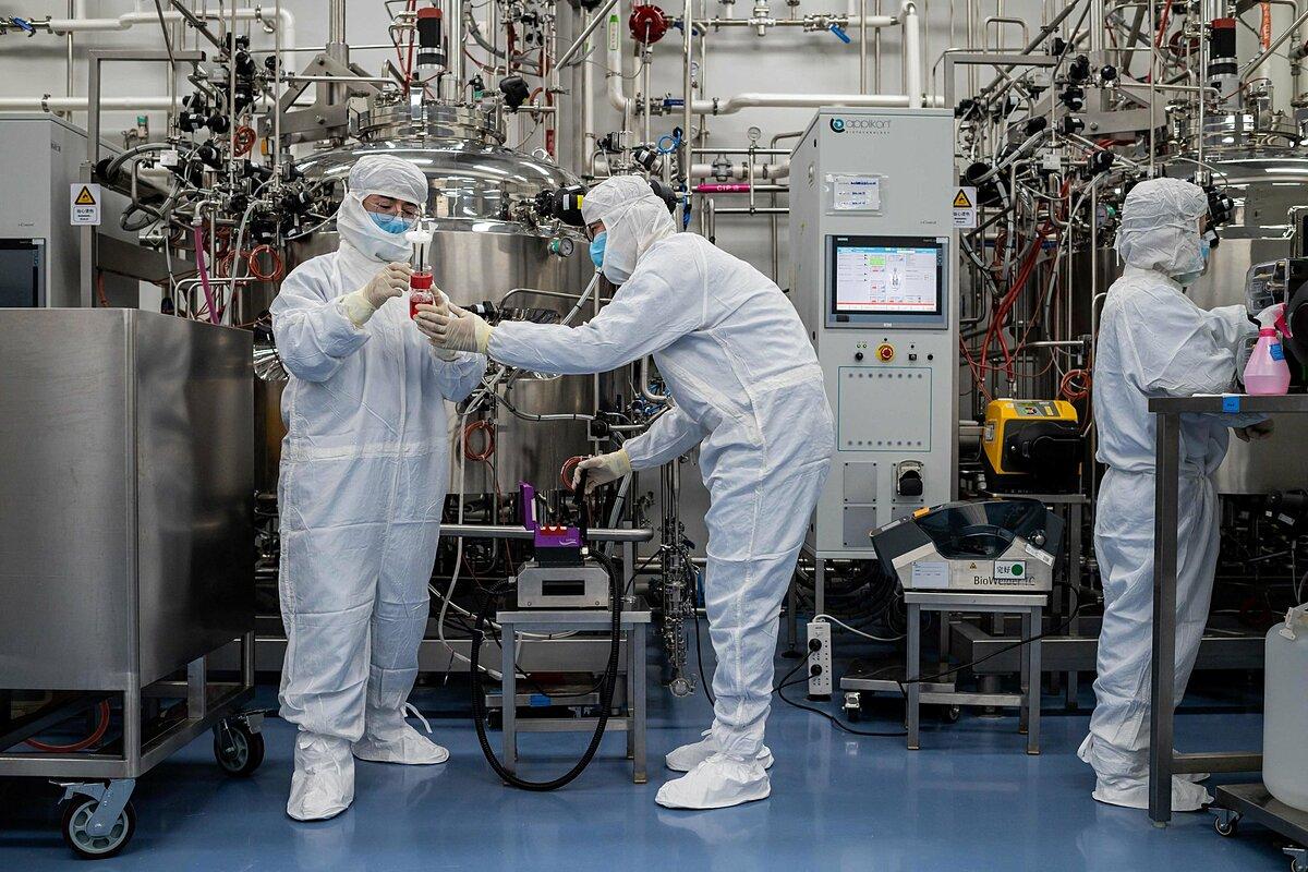 Các kỹ sư làm việc tại cơ sở của Sinovac tại Bắc Kinh ngày 29/4. Ảnh: AFP.