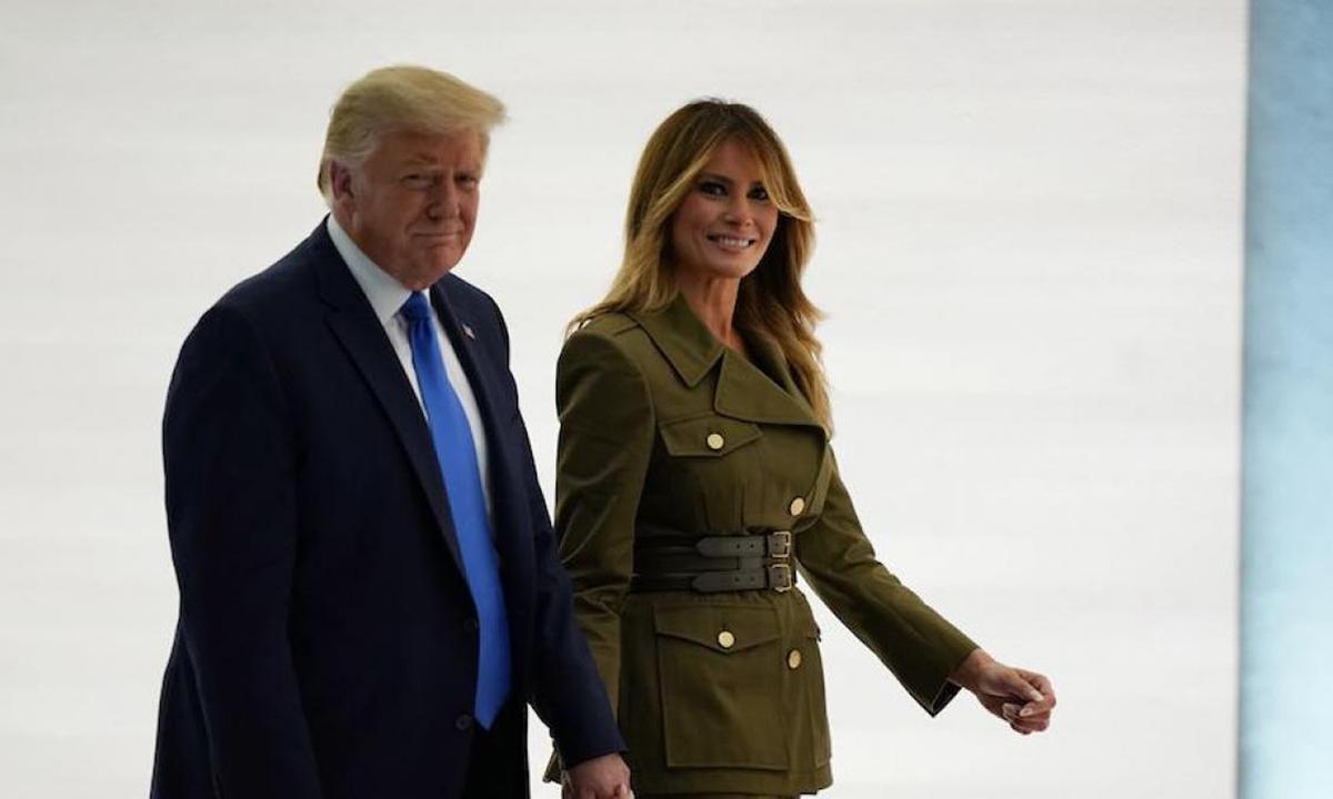 Tổng thống Donald Trump và Đệ nhất phu nhân Melania sau bài phát biểu ở Vườn Hồng Nhà Trắng tối 25/8. Ảnh: AP.