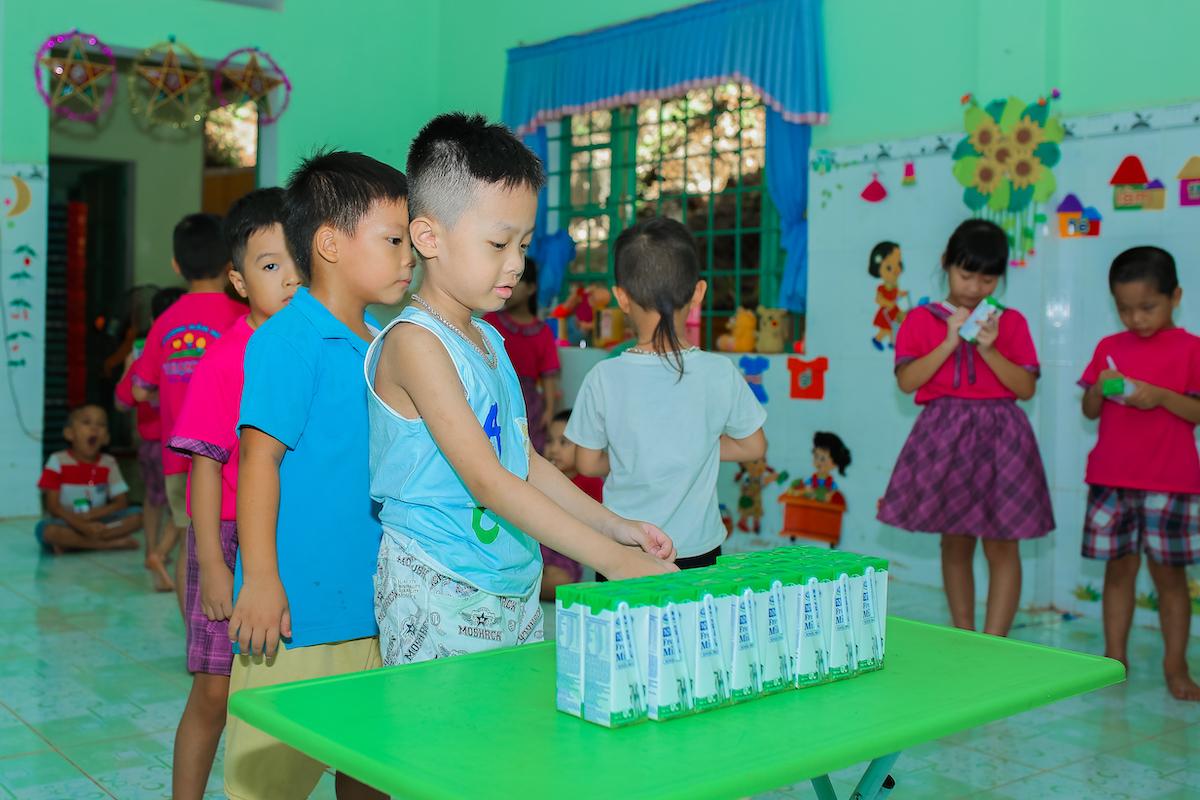 Chương trình Sữa học đường được tỉnh Quảng Nam và Vinamilk triển khai từ tháng 6/2020, dành cho 33.000 trẻ em thuộc 6 huyện miền núi của tỉnh. Ảnh: Nguồn