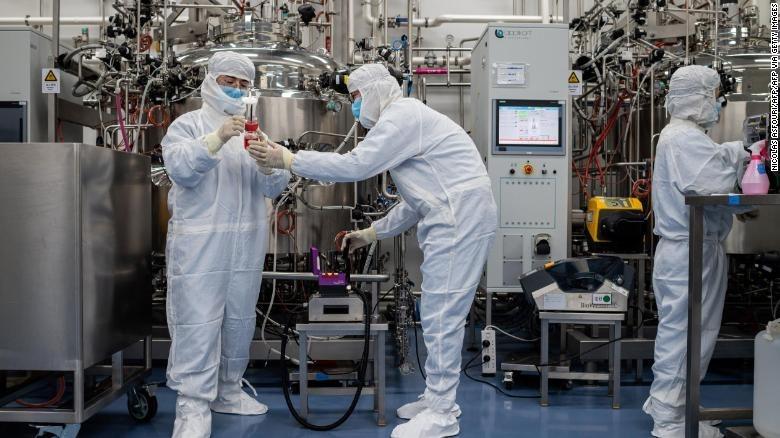 Các kỹ sư đang tiến hành thử nghiệm vaccine nCoV trên tế bào thận của khỉ tại cơ sở nghiên cứu của công ty công nghệ sinh học Sinovac ở Bắc Kinh, ngày 29/4. Ảnh: CNN.