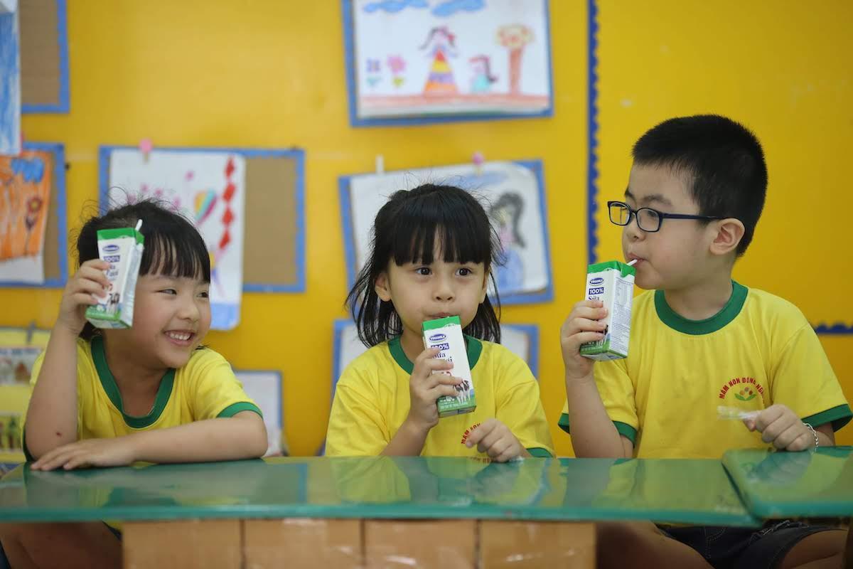 Trẻ em uống sữa từ chương trình Sữa học đường tại trường. Ảnh: Nguồn