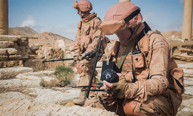 Công binh Nga rà phá bom mìn tại thành phố Palmyra, Syria, tháng 6/2015. Ảnh: BQP Nga.