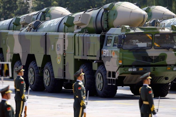 Xe chở DF-21 trong cuộc duyệt binh ở Bắc Kinh năm 2015. Ảnh: Reuters.