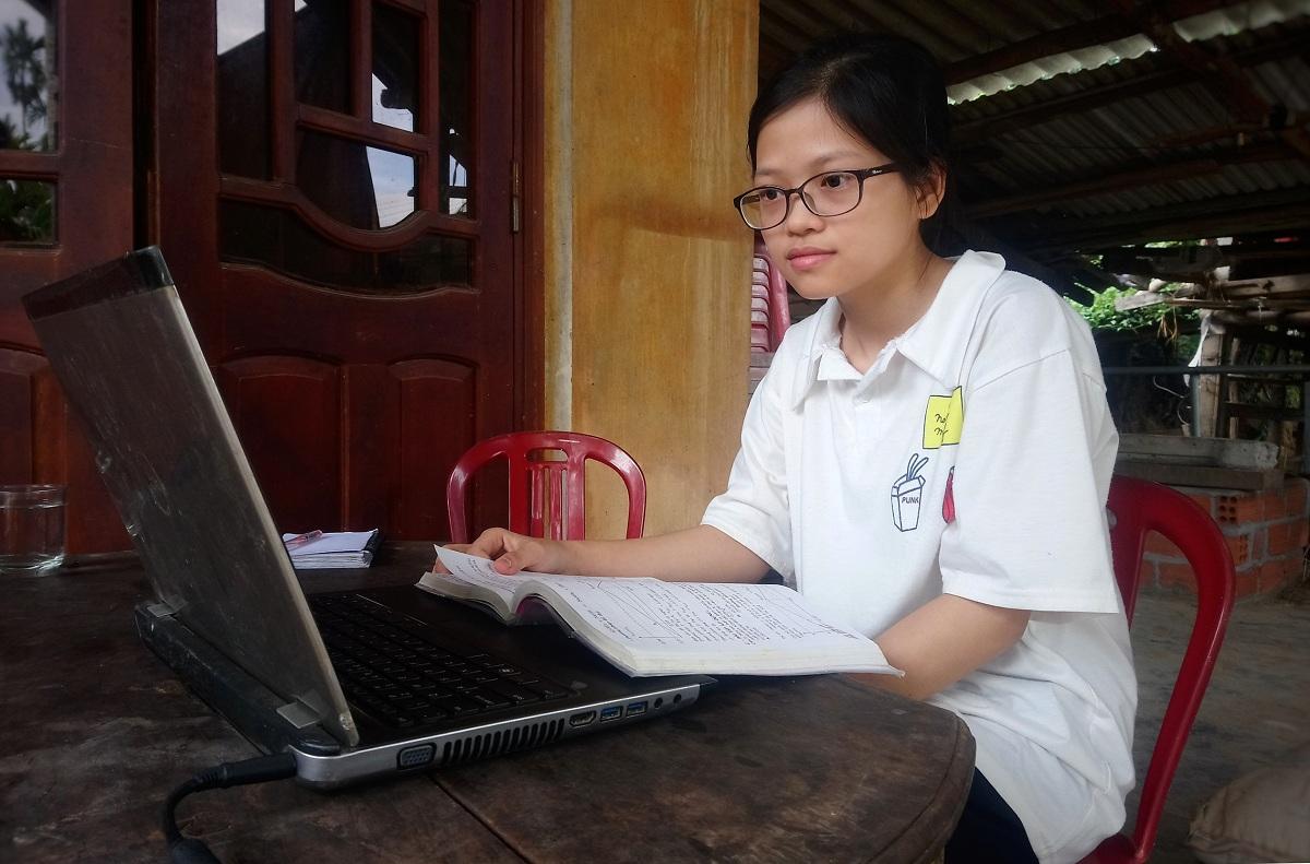 Hiệp học bài trên chiếc laptop được chị nhường lại. Ảnh: Phạm Linh.
