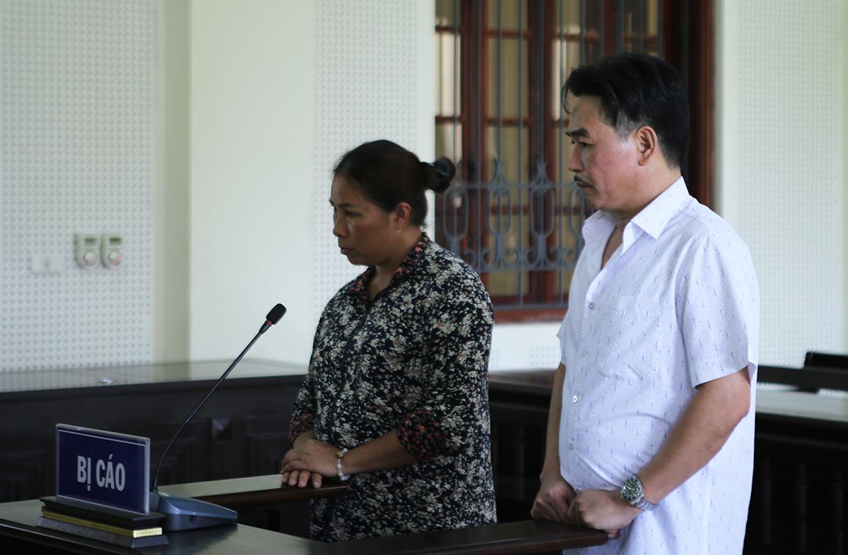 Bị cáo Phương và Loan nghe HĐXX tuyên án. Ảnh: Nguyễn Hải.