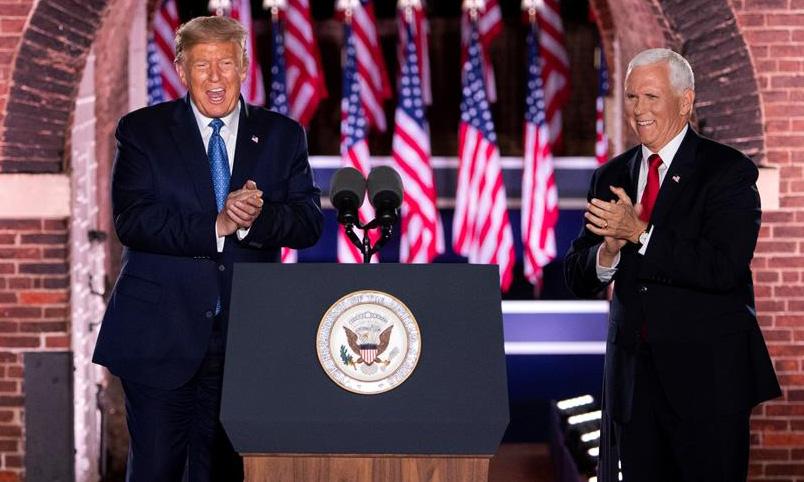 Tổng thống Mỹ Donald Trump (trái) và phó tướng Mike Pence tại Hội nghị Toàn quốc đảng Cộng hòa tổ chức ở Baltimore, bang Maryland, hôm 26/8. Ảnh: Reuters.