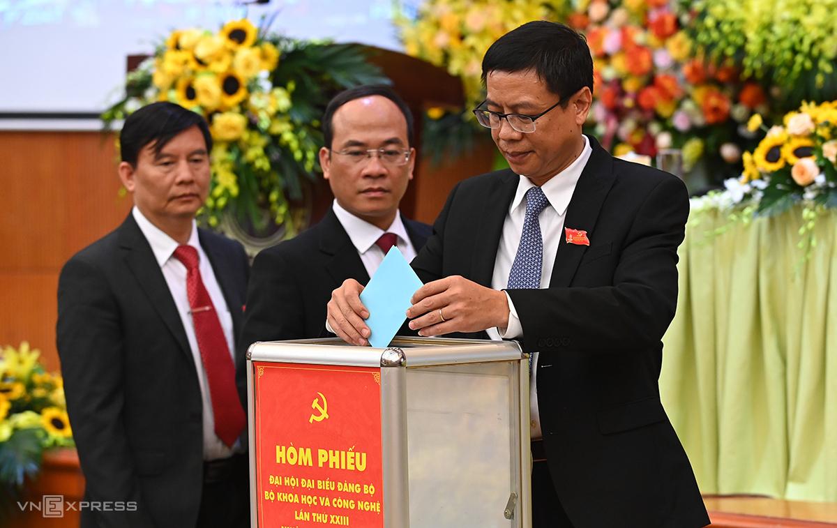 Thứ trưởng Lê Xuân Định bỏ phiếu bầu. Ảnh: Giang Huy.