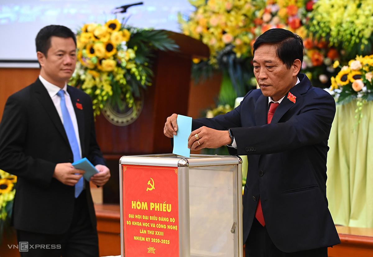 Thứ trưởng Trần Văn Tùng  bỏ phiếu bầu Ban chấp hành Bộ Khoa học và Công nghệ nhiệm kỳ 2020-2025. Ảnh: Giang Huy.