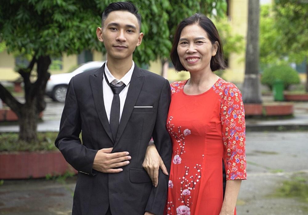Kiên và cô giáo chủ nhiệm Bùi Thị Miên. Ảnh: Nhân vật cung cấp