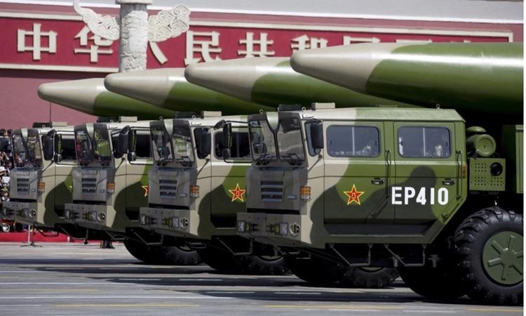 Xe chở tên lửa DF-26 trong cuộc duyệt binh tại Bắc Kinh năm 2015. Ảnh: Reuters.