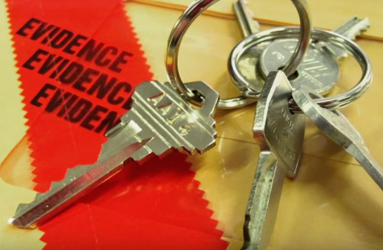 Chùm chìa khóa lạ trong xe của Tamika. Ảnh: Filmrise.
