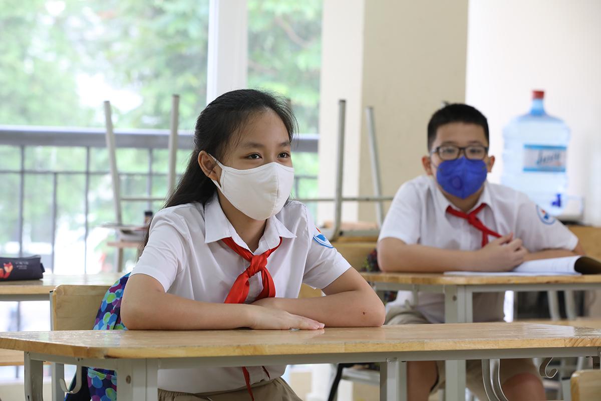 Học sinh trường THCS Nguyễn Du (Nam Từ Liêm, Hà Nội) trong ngày đầu trở lại trường hồi tháng 5, sau 3 tháng nghỉ học phòng chống Covid-19. Ảnh: Ngọc Thành.