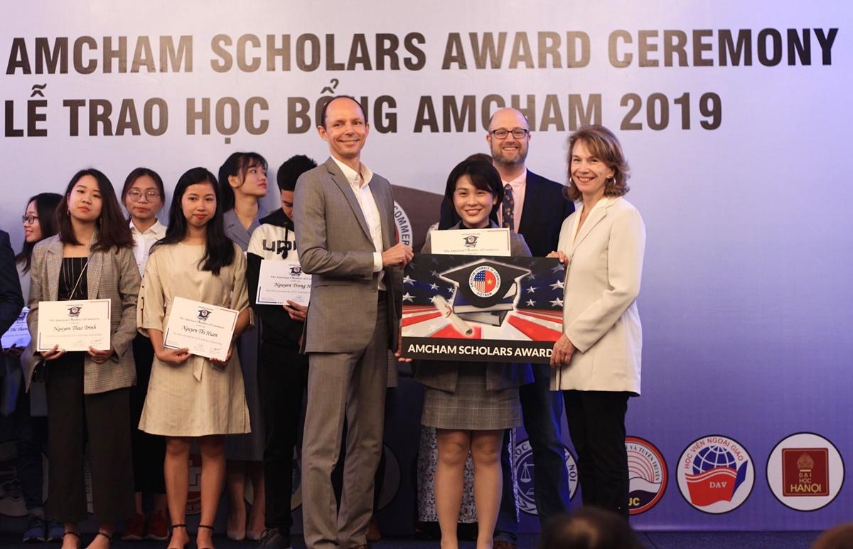 Anh Thư nhận học bổng Amcham năm 2019. Ảnh: Nhân vật cung cấp