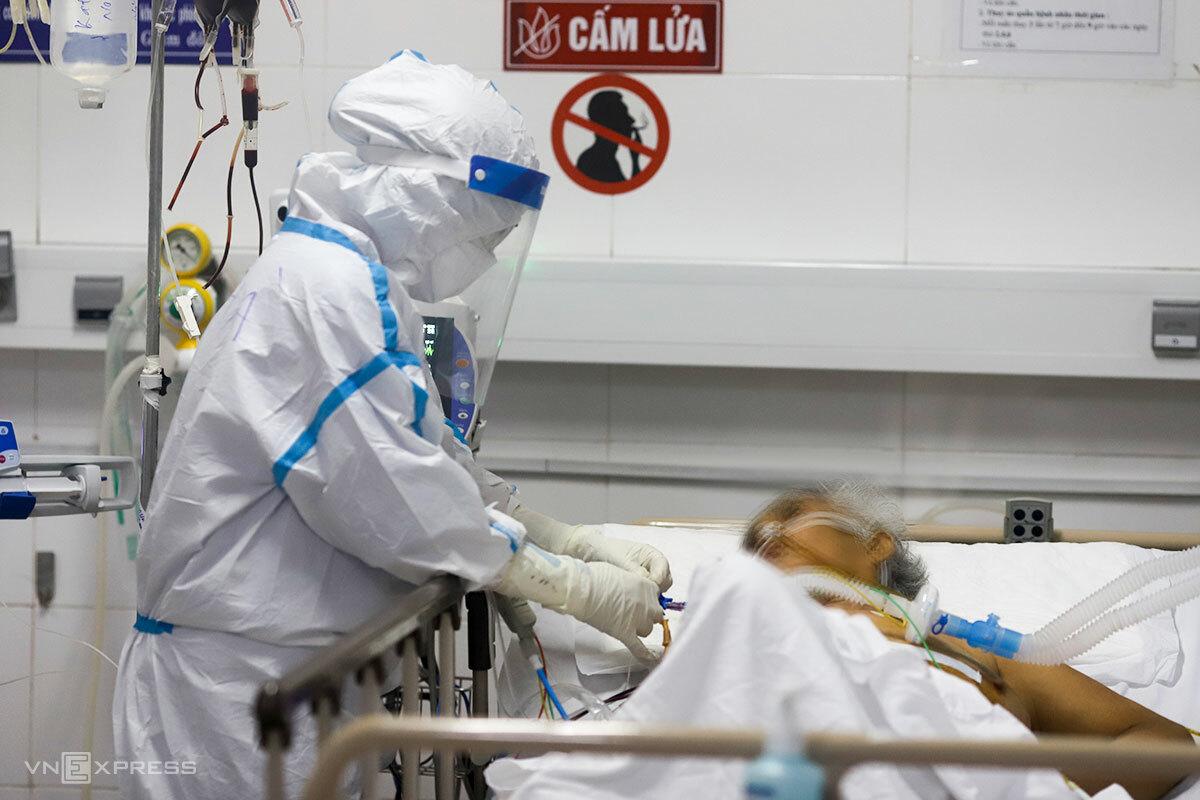 Một bệnh nhân Covid-19 nặng được điều trị tại Bệnh viện Dã chiến Hoà Vang. Ảnh: Nguyễn Đông.